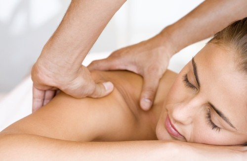 woman receiving shoulder massage in plantation fl